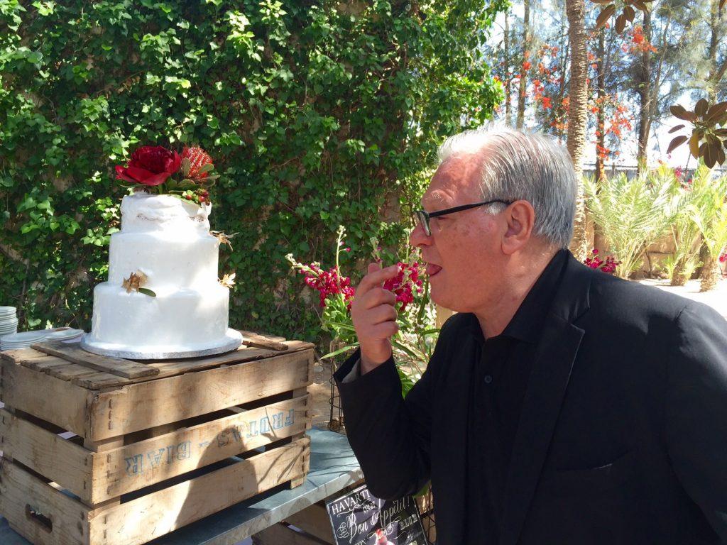Liberados de todo y probando la tarta de la boda, sin complejos Antonio!