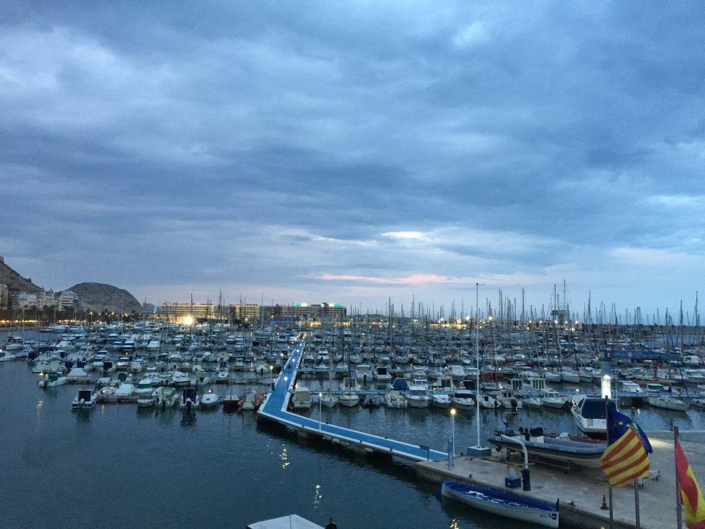 El puerto con la marina visto desde el Club de Regatas