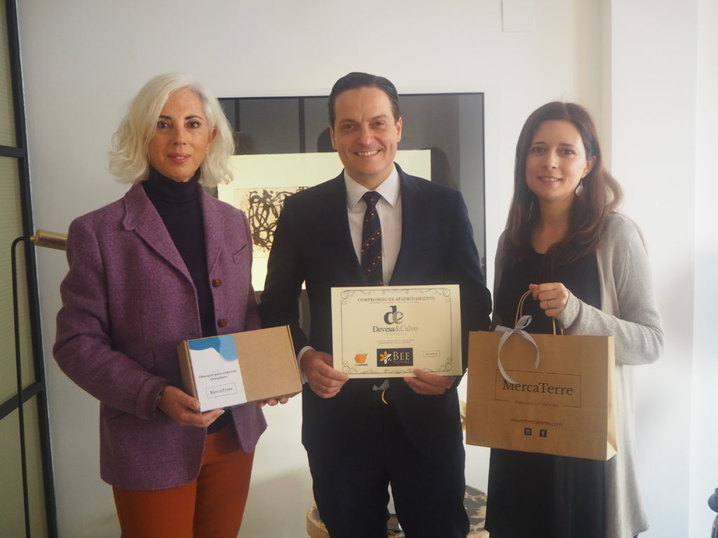 Ana Espadas, David Devesa y Alexandra Marín entregando el diploma acreditativo de la aportación a Ecocolmenas.