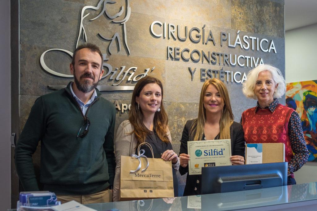 Vicente, Alexandra, Anghara Felipe y Ana entregando la miel de Ecocolmena y el documento que acredita la aportación a este proyecto
